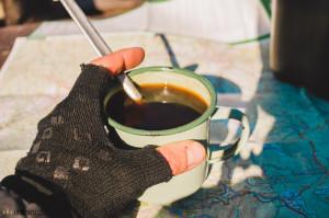 Vaření kávy na turistickém vařiči