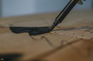 Vypalování loga do dřeva