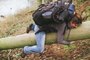 Klára přelézá spadlý strom