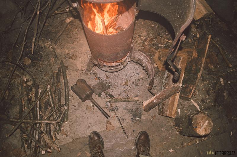 Oheň v kamnech ve srubu