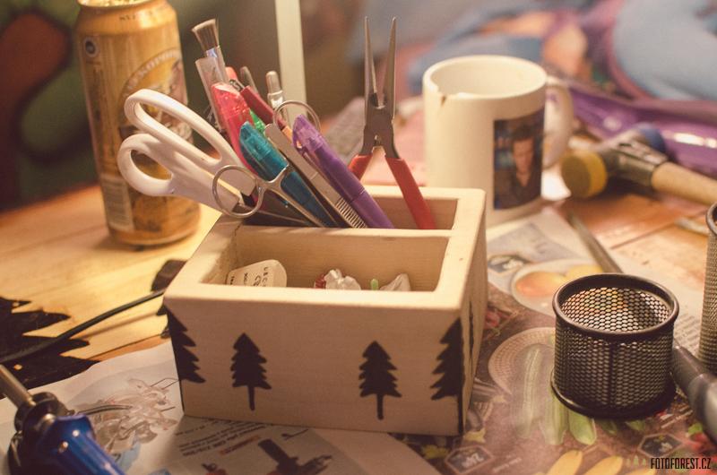 Stojánek na tužky ze dřeva