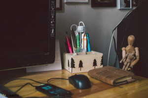 Stojánek na tužky na stole z palet