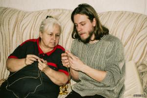 Babička mě učí plést