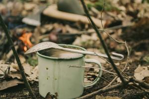 Káva a klobáska u ohně