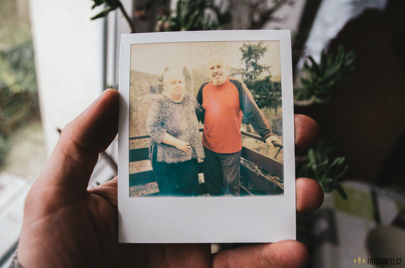 Babička a děda Polaroidem