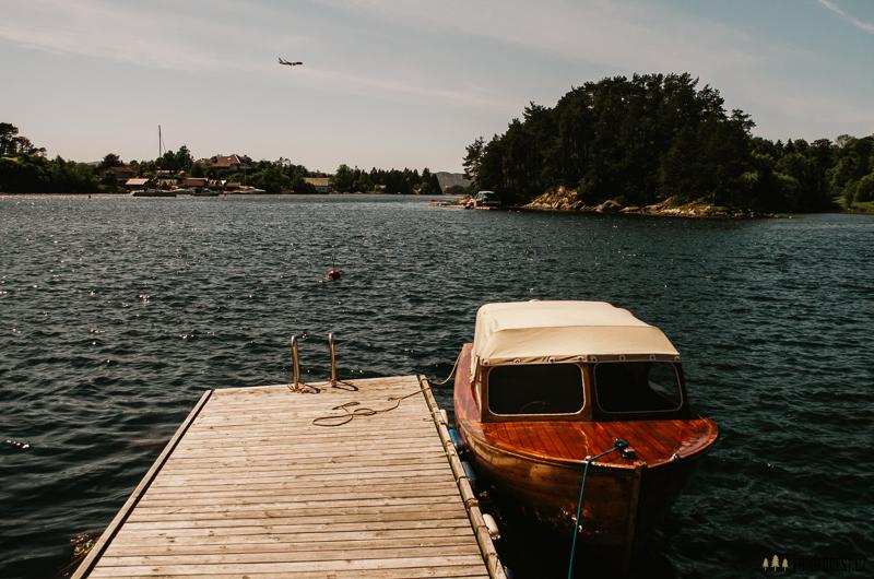 Zátoka s lodí u moře