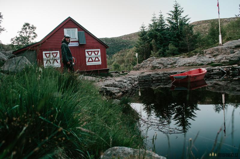 Spaní u jezera v Norsku