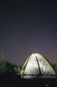 Spaní pod stanem