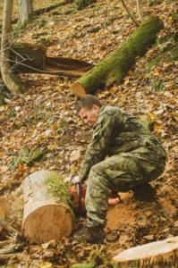 Tony řeže dřevo na Drátovně