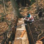 Stavění lavičky na Drátovně